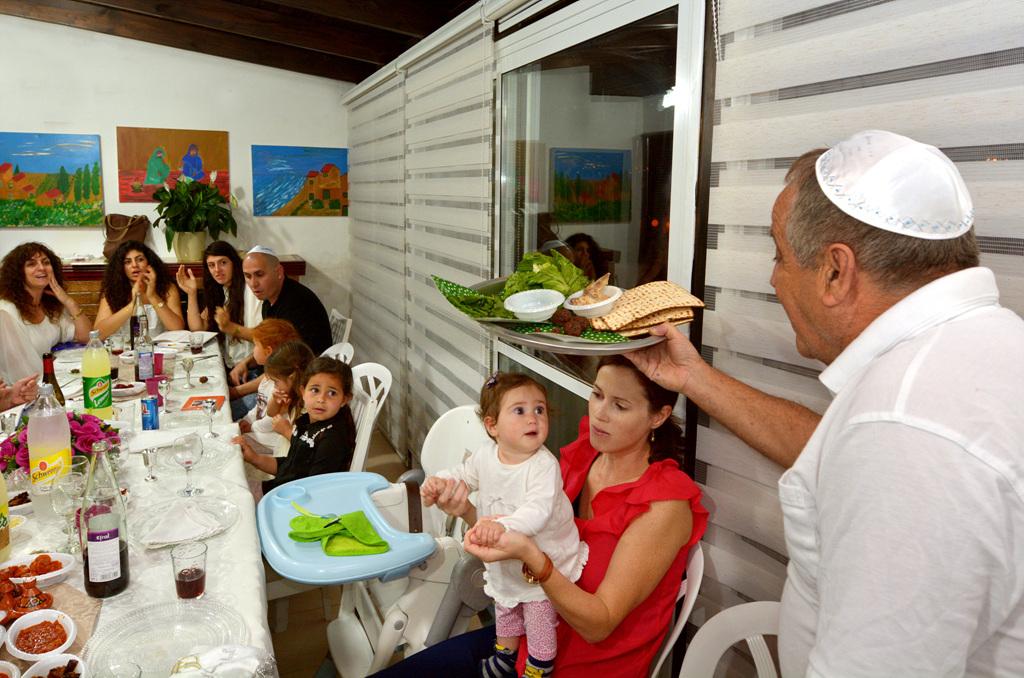遵守逾越节的犹太人家庭